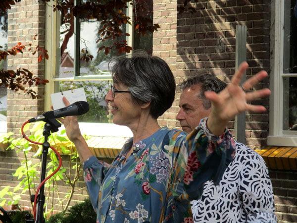 Marcel en Birgit verwelkomen kunstenaars en kunstliefhebbers op het JUBEL! feest: 100 jaar oude J.B. Kanschool en 10 jaar wonen in de school, 2018